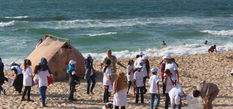 الحياة والأمل تنفذ حملة تنظيف شاطئ البحر.